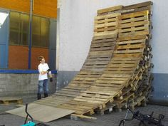 Pallet skateboard ramp---- Use as guide to stacking pallets for mini half pipe