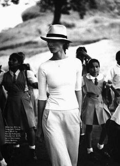 A well traveled woman brings a terrific hat to make everything look good, even a casual weekend / on the road outfit. Casual Chic, Casual Look, Christy Turlington, Mode Chic, Mode Style, Style Me, Fashion Mode, Look Fashion, Womens Fashion