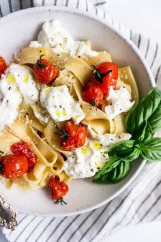 Burst Cherry Tomato Pasta with Creamy Burrata Gourmet Recipes, Vegetarian Recipes, Dinner Recipes, Cooking Recipes, Healthy Recipes, Cooking Pasta, Milk Recipes, Cooking Tips, Cherry Tomato Pasta