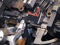 Bei Herrenschuhen, deren fertige Schäfte stets denselben geschlossenen Aufbau haben, wird das Überholen maschinell erledigt.