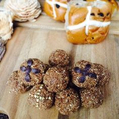 Mmm Hot Cross Bun Protein Bliss Balls! 🐣🙌 For those of you going hardcore, sticking to your goals and not giving in to the Bun, here's a tasty alternative that you can whip up in a few minutes. All the flavour of a hot cross bun without the calories! Recipe in the comments. Happy Easter! #healthylife #weightloss #slimmingworld