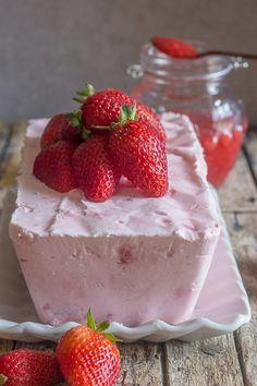 Creamy Strawberry Semifreddo, made with fresh Strawberries, Cream and Greek Yogurt. A delicious Summertime No-Bake Dessert Recipe. Strawberry Semifreddo Who can resist Strawberry Season? Especially a light and easy Strawberry Semifreddo. To tell the truth Easy Strawberry Jam, Strawberry Dessert Recipes, Fruit Recipes, Sweet Recipes, Strawberry Shortcake, Easy Recipes, Easy No Bake Desserts, Köstliche Desserts, Frozen Desserts