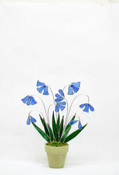 Ces jacinthes vitrail en pot faire tel un merveilleux ajout à n'importe quel décor à la maison ou le jardin. Cet arrangement bluebell est fait de verre Spectrum, bien connu pour c'est couleurs inhabituelles et clarté frappante. Malheureusement la société de verre Spectrum est la fermeture, bientôt nous serons complètement hors de ce verre et ne sera pas en mesure de créer plus de cette pièce dans cette couleur. Fleurs bleus acier sont complétés par des feuilles vert foncés et clair. Monté…