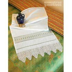 #vainicas #bordados #puntillas #crochet Muestras y Motivos propone esta toalla adornada con vainicas, calados y puntilla a ganchillo.