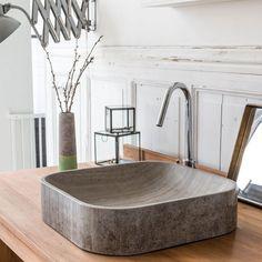 Très tendance, cette vasque en marbre beige apporte une touche minérale à la salle de bains