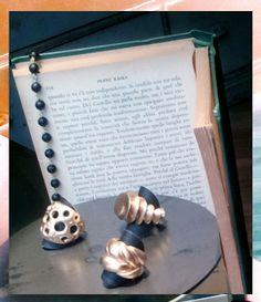 Martino & Mazzolini vetrina con anelli in bronzo.