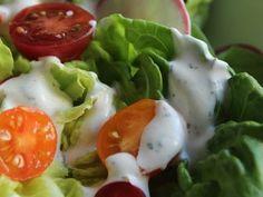 Μια εύκολη συνταγή για Ranch Dressing, έτοιμη να αναζωογονήσει το μαρούλι και τη ντομάτα (και να αντικαταστήσει το κέτσαπ)