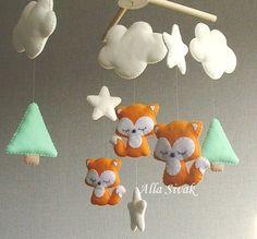 Il s'agit d'un mignon renard woodland chambre de bébé mobile. Il est parfait pour décorer la nature inspiré chambre de bebe bois et il est adapté pour la crèche de genre neutre. Il est parfait pour les nouveaux nés cadeau, cadeau et pépinière décoration de salle de douche. Entièrement cousu à la main. Il dispose d'un renard 3, entouré de nuages et des étoiles. Les nuages et étoiles couleurs laiteuses. Tous les détails sont fait à la main avec feutre, rempli de bourre de polyester…