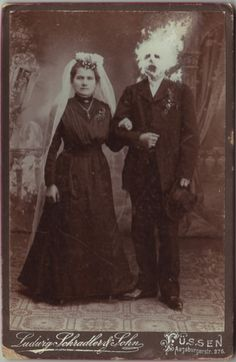 Renowned British artist Colin Batty creates creepy characters out of vintage portraits in his impressive modified cabinet card photographs. Vintage Bizarre, Creepy Vintage, Creepy Old Photos, Creepy Pictures, Strange Photos, Arte Horror, Horror Art, Images Terrifiantes, Human Oddities