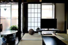 【物件探しからのスタート。「これまでの生活を続けられるような家」をつくるために。】 オーク材と畳が並び、縦横を黒の艶やかな柱や梁が走る、独特の静けさ漂う空間です。 地方から都内へ転居するためにお施主であるS様がリノベーションに選んだのは、東京都西部の閑静な住宅地に佇む築30年以上のRCマンションでした。 高齢での住み替えということもあり、S様がこれまでずっと住み慣れてきた古き良き日本家屋のイメージをできるだけリノベーションで再現したいという要望にどう応えていくかというところから計画がスタート。 様々な物件をピックアップし、選んだのが和室、静かな住宅地といった条件を備えたこのマンションでした。 リノベーションでは変更されることの多い畳や襖ですが、ここではお部屋のテーマそのもの。 むしろ残すことで愛着のある家具やずっと続けてきた習慣が馴染み、変化した生活環境の中に、以前からずっとあるような寛ぎを手に入れることができました。