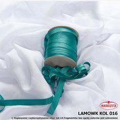 #lamówki_do_firan Lamówka w kolorze zieleni morskiej jest to produkt, który świetnie nadaję się do wykończenia różnego rodzaju firan i zasłon.  Lamówki to produkt doskonale pasujący do wszelkiego rodzaju firanek z woalu.    Kolor: zieleń morska Szerokość: 15 mm Długość: dowolna wykończenie: atłasowe Produkt pierwszego gatunku Miły materiał w dotyku zaprasowana lamówka kasandra.com.pl