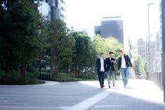 3 人の歩道を歩くの街 stock photo