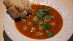 De Makkelijke Maaltijd | d de knoflook fijn.  Snijd de tomaten in blokjes.  Verhit een scheutje olie in een diepe pan en      fruit de uien en de knoflook circa 2 minuten. Voeg...