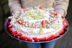 Prăjitura îngerilor (Angel Food Cake) cu cremă de lămâie și soc - KissTheCook #angelfoodcake #elderberry #strawberry