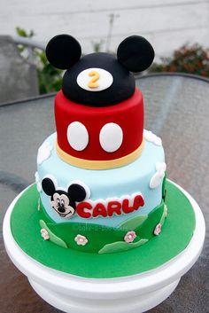 Torta de 2 pisos circular en doble altura cubierta en fondant azul y rojo decorada con motivos alusivos y en la parte superior 1/2 torta balon con orejas en pastillaje para celebrar 2 años