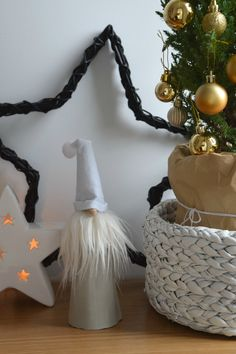 Get all the step-by-step instructions with photos to make this adorable concrete Santa decor. First make a concrete cone, then glue faux fur beard, a wooden button nose and felt hat to finish. Pin this image to your board to make this tutorial.