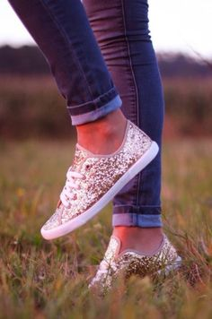 gold glitter shoes. ♡ . in love.