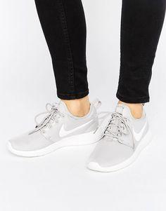 ¡Cómpralo ya!. Zapatillas de deporte grises Roshe 2 de Nike. Zapatillas de deporte de Nike, Exterior de malla transpirable, Cierre de cordones, Borde con forma, Con trabillas, Logo de la marca, Suela gruesa, Dibujo moldeado, Limpiar con un paño, Exterior: 100% textil. Nike domina la industria de la ropa de deporte dando un toque fresco y a la última a prendas casual. Las zapatillas de deporte supercool y las hi-tops encabezan su llamativa colección de calzado. Colecciones de tendencia qu...
