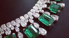Un collar elegante de la alfombra roja 2013 colección en oro blanco con Esmeralda de corte de Esmeraldas y diamantes en forma de pera.