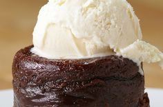 Roy& Classic Melting Hot Chocolate Soufflé Is Legit Off The Charts Delicious Chocolate Souffle Cake, Chocolate Cobbler, Chocolate Pies, Chocolate Lovers, Homemade Pie, Homemade Desserts, Recipe For Something Sweet, Chocolates, Just Desserts