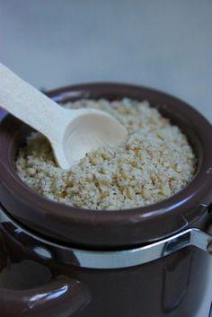 """Le gomasio (ou gomashio) est un condiment salé à base de sésame (""""goma"""" signifie """"sésame"""" en japonais et """"shio"""" : """"sel"""" !), utilisé depuis des millénaires au Japon. Il parfumera délicatement vos plats et céréales après cuisson, vos salades et crudités......"""