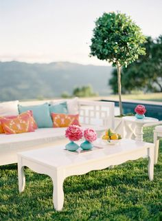 modern #wedding lounge with pops of bright colors (e-party)