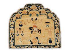 Un tapis de trone chinois de la période Chien Long. (Ch'ien Lung) Tapis destiné à recouvrir le dossier d'un siège ou trone chinois. Le décor figure, au centre, un chien de Fo et, autour, les huit symboles bouddhiques (dais royal, conque marine, roue de la loi, fleurs de lotus.. poissons...) avec un triplement de la chauve-souris. Usures mineures. Galon refait. An antique chinese trone rug XVIII eme - XIX eme siècle 067 x 077 cm