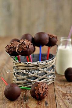 Diese kleinen, leckeren Käsekuchen am Stiel sind schön cremig und zart. Zum Schluss werden die Kugeln komplett mit der Schokolade...