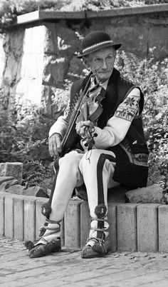 The musician - Krupówki, Zakopane, Poland Polish Mountains, Zakopane Poland, Polish People, Polish Folk Art, Villa Park, Highlanders, Europe, Historical Images, Travel