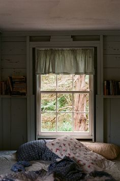 I'd love this kind of window in my room ugh Home Design, Interior Design, My New Room, My Room, Decoration Originale, Through The Window, Home And Deco, Windows And Doors, Cottage Style