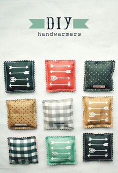 Des petits carrés de tissu remplis de riz, à passer 20 sec au micro-ondes, pour en faire des coussins réchauffe-mains <3