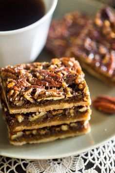 Vegan + Paleo Pecan Pie Bars - These bars are so easy to make and only have 6 ingredients. You would never know they're secretly a healthy, gluten free, and vegan-friendly treat that's perfect for Thanksgiving! Paleo Pecan Pie, Paleo Bars, Pecan Recipes, Pecan Bars, Paleo Vegan, Paleo Fruit, Healthy Dessert Recipes, Healthy Desserts, Patisserie Sans Gluten
