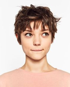 The pixie cut is the new trendy haircut! Put on the front of the stage thanks to Pixie Geldof (hence the name of this cup!), Many are now women who wear this short haircut. Character Inspiration, Hair Inspiration, Design Inspiration, Short Hair Cuts, Short Hair Styles, Models With Short Hair, Pixie Cuts, Corte Pixie, Celebrity Short Hair