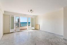 Biarritz, Sainte Eugénie, appartement de 90 m2 avec balcon. Salon avec balcon, 3 chambres, 1 salle de bains. Plages et commerces à pied.