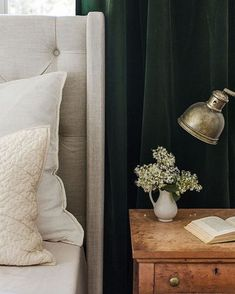 Dark green curtains color palette, light gray fabric headboard, brown bedside table, golden rustic t Cloth Headboard, Green Headboard, Upholstered Headboards, Green Curtains, Colorful Curtains, Bed Curtains, Table D'or, Brown Nightstands, Rustic Table Lamps