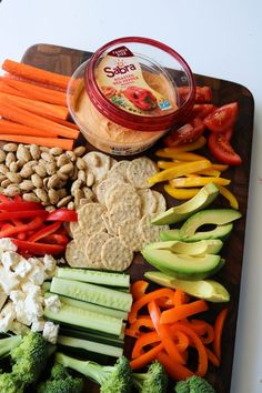Veggie platter with hummus avocado tomato wedge gluten free crackers Veggie Platters, Party Food Platters, Veggie Tray, Hummus Platter, Crudite Platter Ideas, Hummus Dip, Healthy Snacks, Healthy Recipes, Healthy Eats