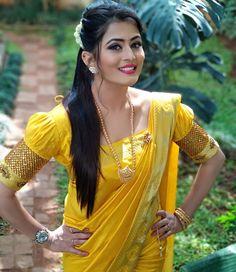 Tamil serial actress Veena Ponappa bio hot images Saree stills Serial actrss hot things images Veena Ponappa serial Saree side view HD images Saree Blouse Neck Designs, Fancy Blouse Designs, Bridal Blouse Designs, Long Dress Design, Sleeves Designs For Dresses, Stylish Blouse Design, Designer Blouse Patterns, Saree Models, Indian Beauty Saree