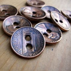 Copper Penny Buttons – Handmade Artisan Buttons – Perfect for bracelets. vi… Copper Penny Buttons – Handmade Artisan Buttons – Perfect for bracelets. via Etsy. (Cute for knitted Pin: 550 x 550 Button Art, Button Crafts, Sewing Projects, Craft Projects, Projects To Try, Upcycling Projects, Diy Upcycling, Repurposing, Metal Art