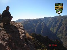 BARRANCAS DEL COBRE te dice.  Ésta enorme red de cañones supera las dimensiones de profundidad del Cañón del Colorado ya que varía de entre 1,520 a 1,879 m y se conforma por las barrancas de Urique, Sinforosa, Batopilas, Candameña, Huápoca y Septentrión, por mencionar algunas. www.chihuahua.gob.mx/turismoweb