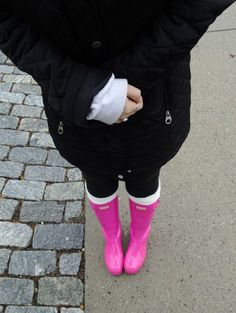 A little lady whose life revolves around a love for clothing, travel, lattes, and decor. Hunter Outfit, Hunter Boots, Pink Lipsticks, Pink Jacket, Boot Socks, College Girls, Gold Fashion, Rubber Rain Boots, Sweatshirts
