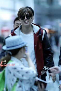 Lee Min Ho, airport to Shanghai for Samsonite Red fanmeeting, 20150408.