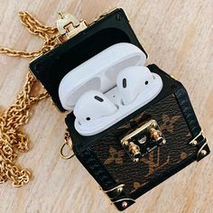 Louis Vuitton Crafts an Apple AirPods Trunk Case Necklace: Referencing its malletier roots. Fone Apple, Mochila Louis Vuitton, Accessoires Louis Vuitton, Cute Ipod Cases, Sacs Louis Vuiton, Smartphone Case, Nicolas Ghesquière, Accessoires Iphone, Accesorios Casual