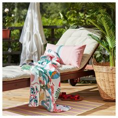 The back can be adjusted to five different position. Wheels make it easy to move. Teak, Sun Lounger Cushions, Wood Supply, Dark Hardwood, Acacia Wood, Porch Swing, Wood Species, Yellow Roses, Yellow