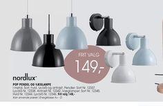 I metal. Sort, hvid. lys blå og antrasit. Pendler: Sort Nr. 12337. Lys blå Nr. 12338. Antrasit Nr. 12342.,Væglamper: Sort Nr. 12345. Hvid Nr. 12344. Lys blå Nr. 12346. Kan anvende pærer i Energiklasse A+ - D. Tilbuddet kan købes i Daells Bolighus til 149,00kr.