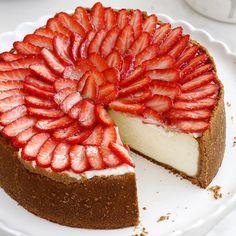 Glazed Strawberry Cheesecake. Recipe on www.lilcookie.com עוגת גבינה אפויה עם תותים מזוגגים. המתכון בעוגיו.נט www.oogio.net