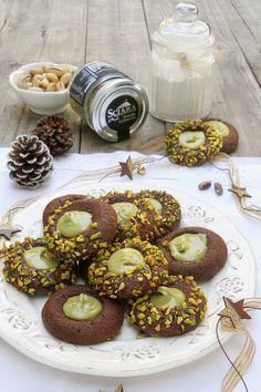 I BISCOTTI AL CACAO CON CREMA AL PISTACCHIO sono frollini deliziosi e veloci che si preparano in pochissimo tempo Non ne rimarrà nemmeno uno! #biscotti #pistacchio #crema #cookies #ricette #recipes #gialloblogs #cacao #colazione #dolci