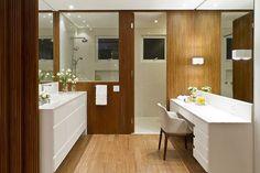 eh!DÉCOR | Banheiro com área íntima separada por painel ripado de madeira