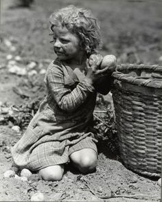 Lewis Hine, Child Picking Long Island Potatoes, c. Vintage Pictures, Old Pictures, Old Photos, Lewis Wickes Hine, Fotografia Social, Long Island, American Children, Great Depression, Old Farm