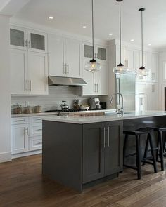 Two-tone kitchen cabinets that will take off in 2019 - Kitchen Remodel Two Tone Kitchen Cabinets, Kitchen Cabinet Storage, Storage Cabinets, Upper Cabinets, Kitchen Cabinetry, Two Toned Kitchen, Cabinets Direct, Farmhouse Cabinets, Luxury Kitchens