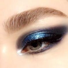 Eye makeup tutorial video gorgeous blue smoky eye makeup Product by patmcgrathreal eyemakeup smokyeyemakeup smokyeyes blueeyemakeup Hooded Eye Makeup, Blue Eye Makeup, Eye Makeup Tips, Smokey Eye Makeup, Eyeshadow Makeup, Makeup Art, Makeup Eyes, Shimmer Eye Makeup, 60s Makeup